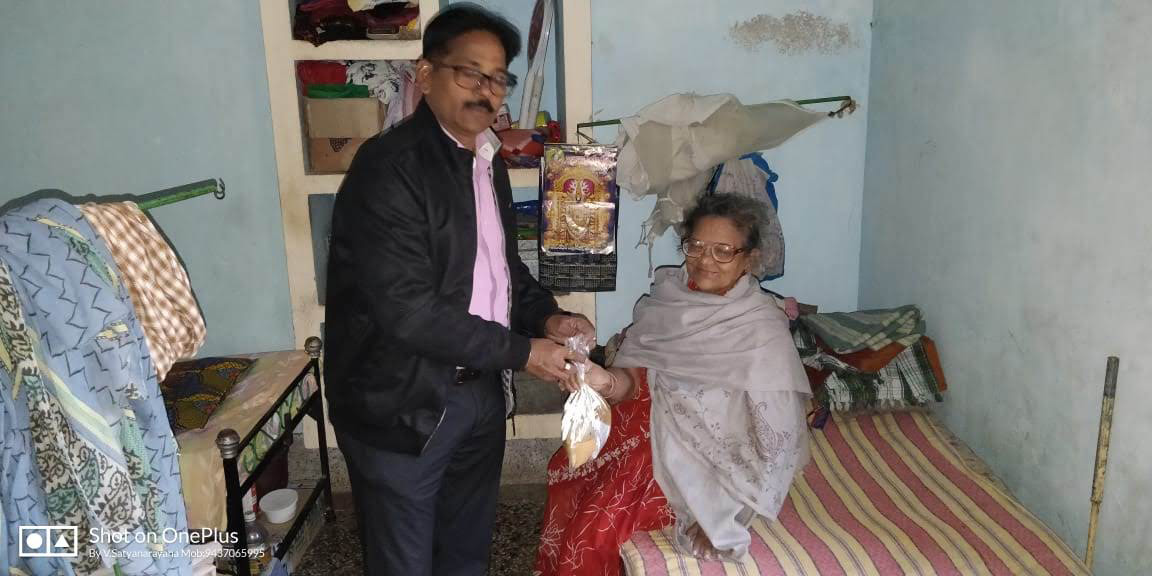 Distribution of food packets by ISRLeaders Club, Berhampur Chapter