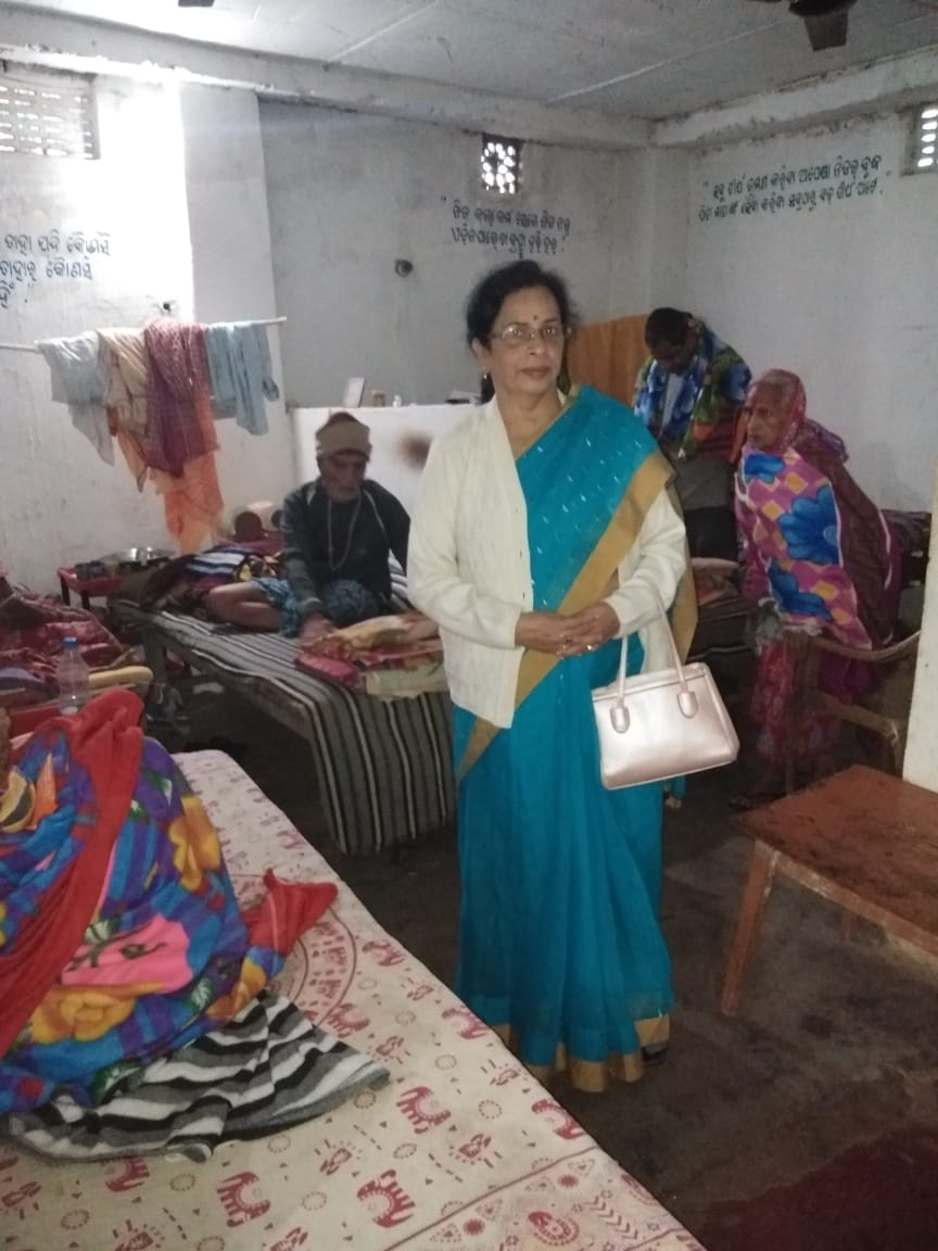 Distribution of blankets and food by Life Member Geeta Rout in an Old Age Home at Pipili, Puri